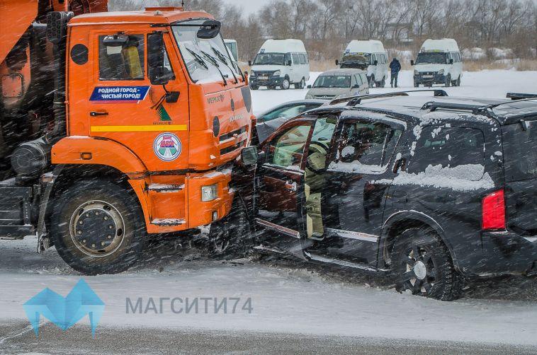 В Магнитогорске «Инфинити» столкнулся с мусоровозом