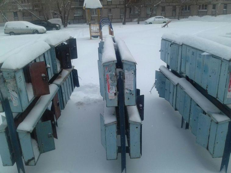 Жители многоэтажки пожаловались мэру на старые почтовые ящики