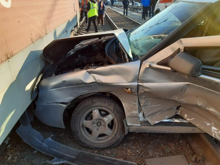 В ДТП с участием трамвая, маршрутки и легковушки травмировались двое