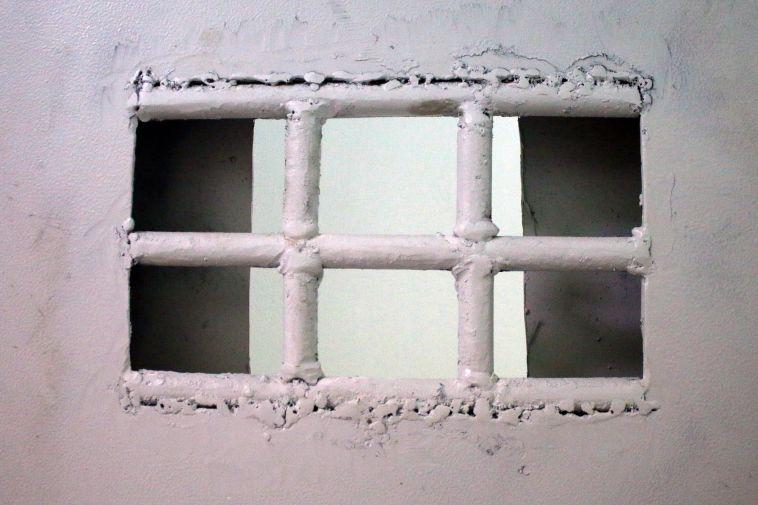 Работник исправительной колонии за деньги поставлял телефоны заключённому
