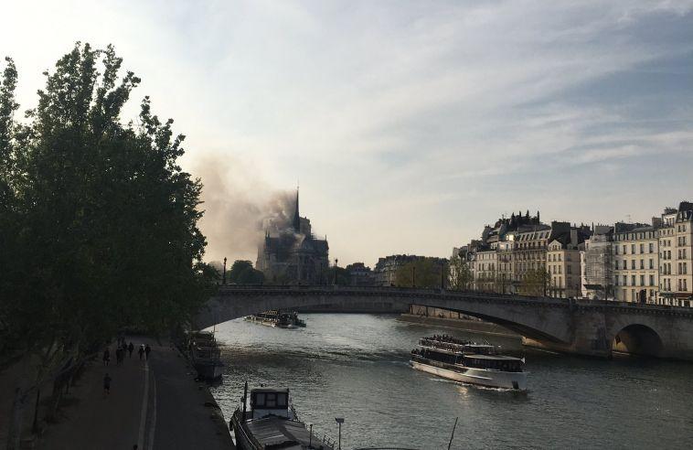 Во Франции почти полностью сгорел собор Парижской Богоматери