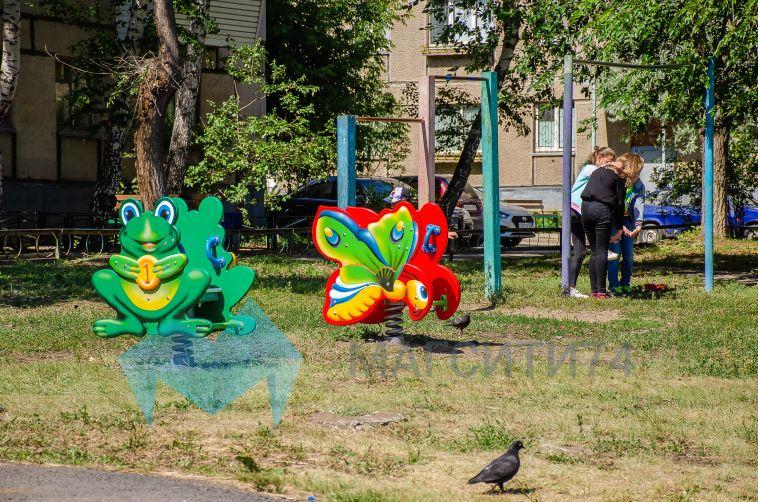 Чиновники выслушали жалобы жителей, недовольных новыми детскими площадками