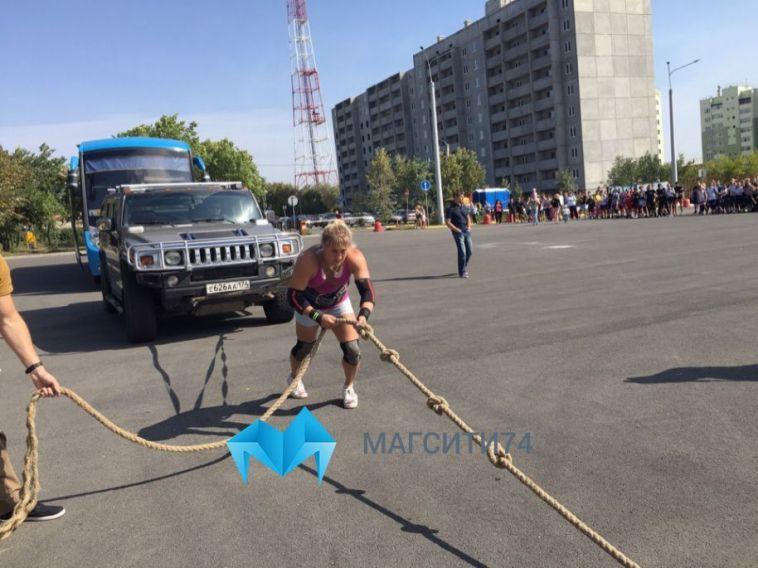 Жительница Магнитогорска установила рекорд, сдвинув с места автобус и внедорожник