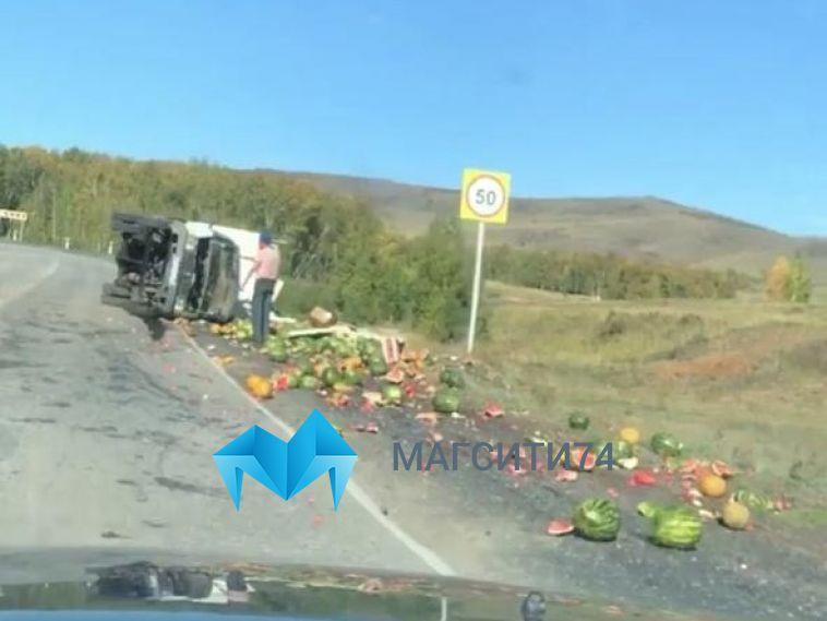 В Башкирии на трассе перевернулся грузовик с арбузами