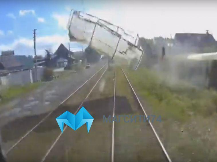 В Магнитогорске трамвай столкнулся с теплицей, взлетевшей от потока ветра