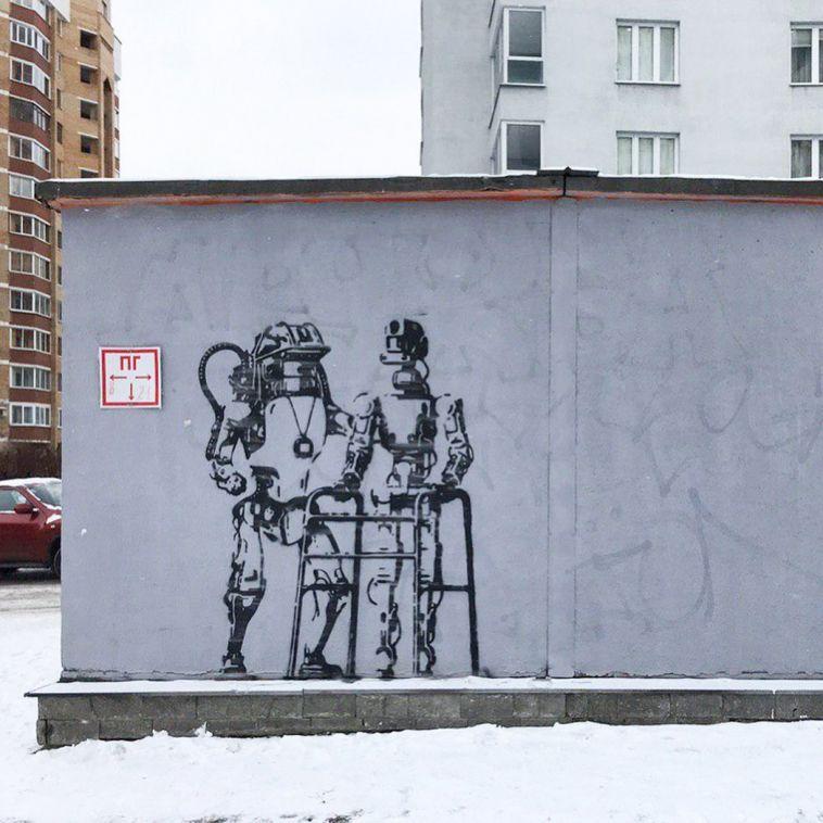 В Екатеринбурге появилось граффити с магнитогорским роботом Федором на пенсии