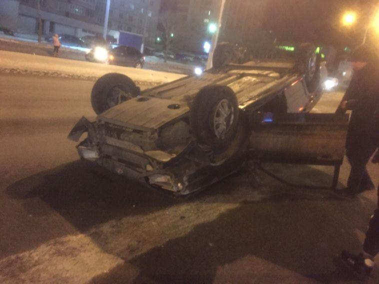 ВМагнитогорске автомобиль перевернулся из-за открытого колодца надороге