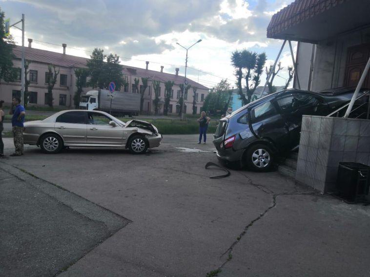 В Магнитогорске автоледи врезалась в крыльцо здания