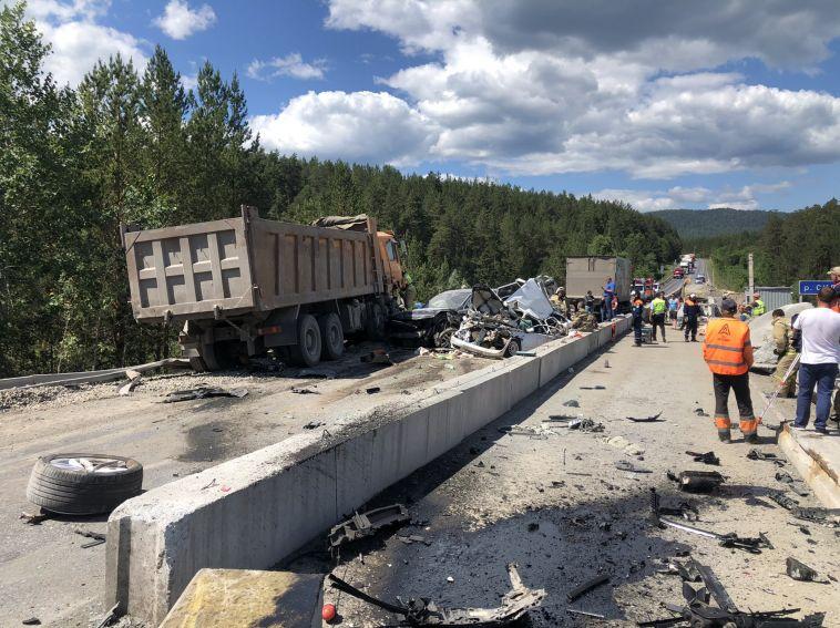 Грузовик без тормозов снёс пять машин на трассе в Челябинской области