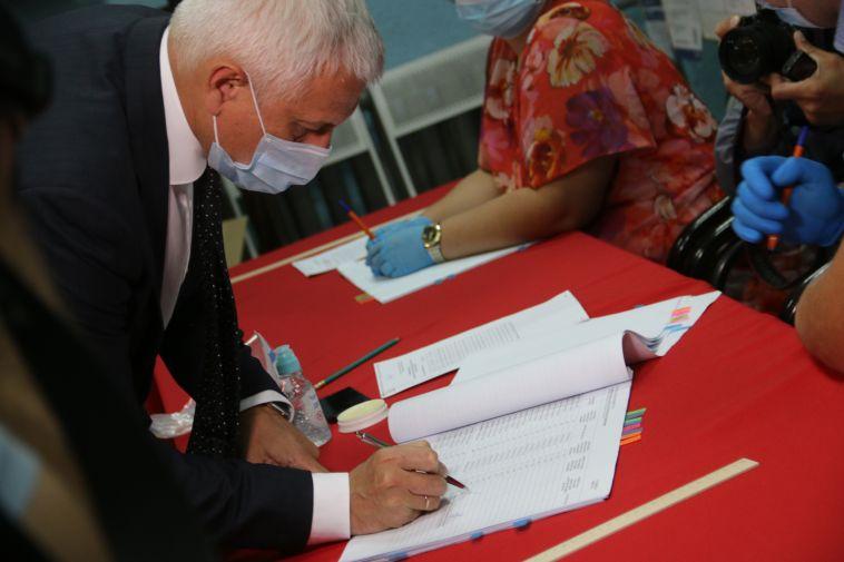 «Чтобы не создавать столпотворения 1 июля»: глава города в числе первых принял участие в голосовании