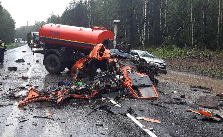 В столкновении большегрузов на трассе погибли два водителя