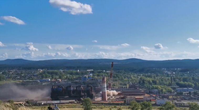 На Южном Урале зрелищно подорвали две 100-метровые трубы неработающего предприятия