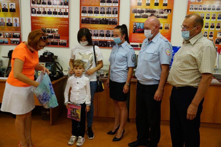 Сотрудники МВД поздравили детей сДнём знаний