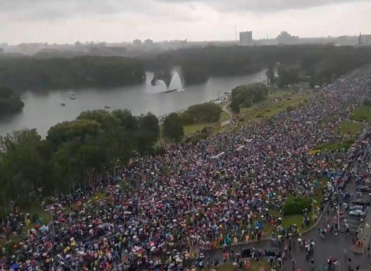 Не менее сотни протестующих задержали в Белоруссии