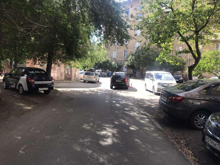 8-летнего ребёнка наэлектросамокате сбил автомобиль водворе дома