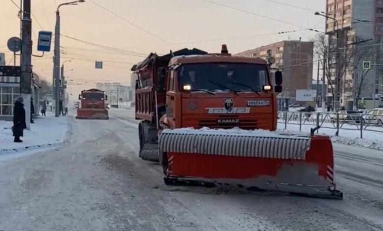Чтобы убрать первый снег, наулицы выехало более ста единиц техники