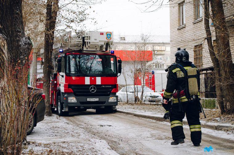 В Магнитогорске горел торговый павильон, машина и баня