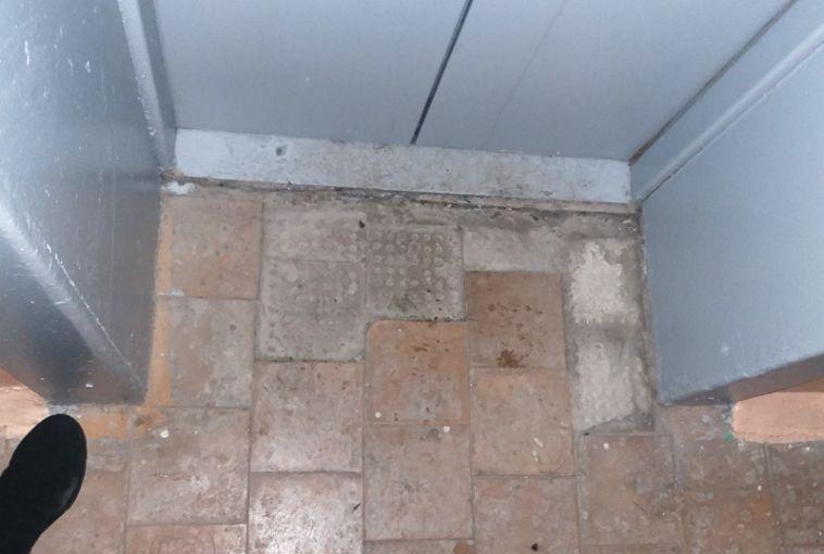 Жилинспекция наказала магнитогорскую УК за неплотно закрытые двери и окна в подъезде