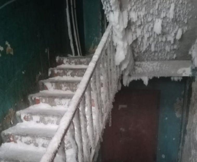 В Чебаркуле люди вынуждены жить в доме, напоминающем ледяную пещеру