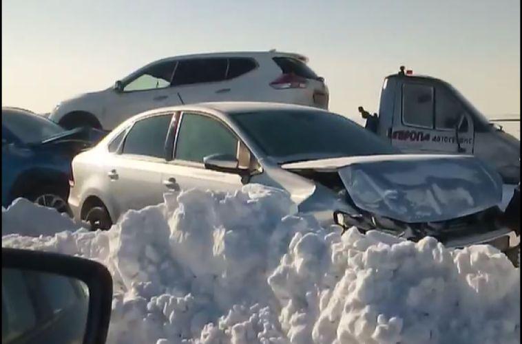 Наюжноуральских трассах после бурана осталось 437 автомобилей