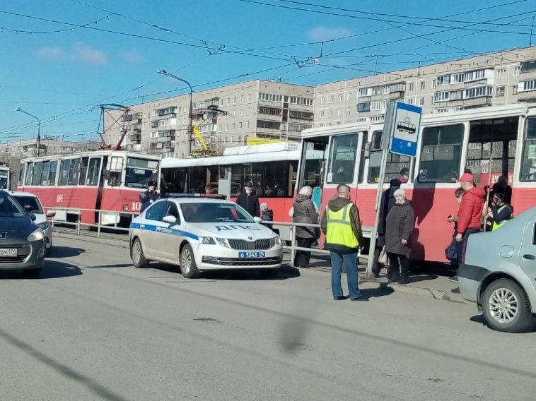 В сторону Труда на трамвае не доехать. На улице Ручьёва вагоны образовали затор