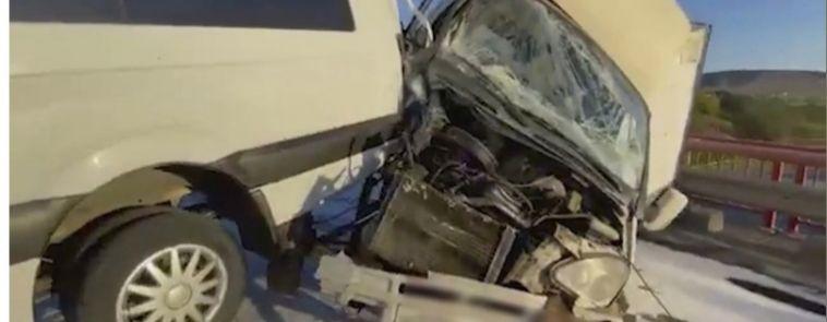 На южноуральской трассе в ДТП у грузовика оторвало кабину, из-за чего образовалась пробка